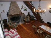 Grosses Wohnzimmer mit einem großen Kamin gemütlich natürlichen