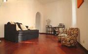 Rom Ferienwohnung: Wohnzimmer mit Fernseher und Doppel-Bettsofa der Ferienwohnung Babuino in Rom