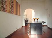 Rom Ferienwohnung: Grosser Eingang/ Wohnzimmer mit Tisch der Ferienwohnung Babuino in Rom