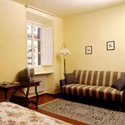 Appartamenti a Firenze: Camera da letto matrimoniale con scrittoio