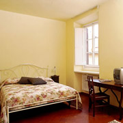 Appartamenti a Firenze: Il letto doppio della camera matrimoniale