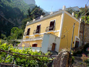 Apartment in Positano: Façade of the building in Positano where Ludovica Type B Apartment is located