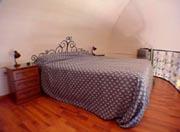 Apartment Amalfiküste: Die Hängebodenetage mit dem Doppelbett des Apartments Ludovica Type D an der Amalfiküste
