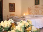 L'altra vista di doppia camera da letto in modo bello decorata dell'appartamento di Papavero
