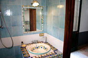 Suite in Sorrento: Bagno with ancient Majolica tiles of Suite Alimuri in Sorrento