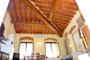 Firenze Abitazione: Salotto con tetto e travi in legno dell'Abitazione Giotto a Firenze