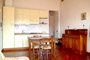 Alloggio a Firenze: Cucina con tavolo da pranzo dell'Alloggio Donzella a Firenze